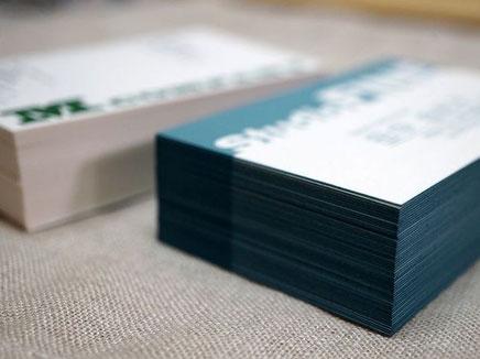 鳥の子紙の名刺は活版印刷と同色で小口染め加工しています