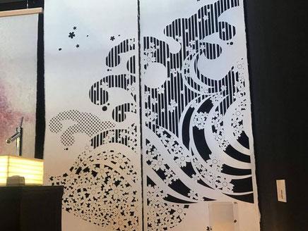 大判和紙を和のデザインで切る抜いた空間演出用のタペストリーを出展しました