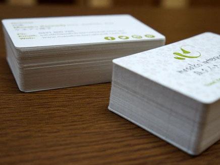 鳥の子紙にシルク印刷、合紙加工、活版印刷、角丸加工で作製した名刺