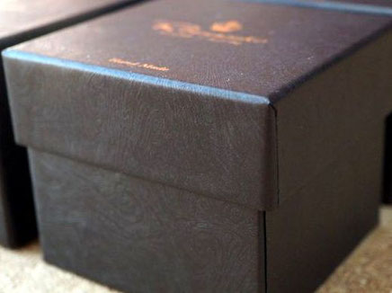 紙表面のマーブリング柄のエンボス感が特徴の黒の小間紙で貼り箱を作製しました