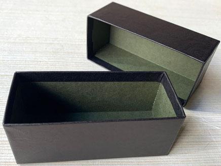 小間紙と特種紙で内と外のツートンカラーになった貼箱を別注で作製しました