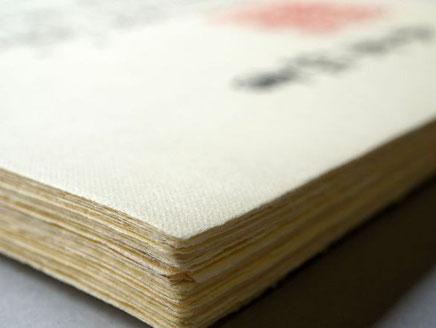 手漉きの卒業証書用紙には透かし入りで作製しています