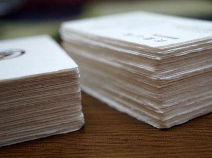 コットン素材の四方耳付き名刺は紙表面のラフな素材感が特徴です