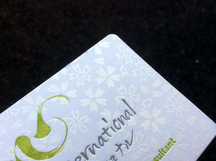 鳥の子紙を名刺用紙にして花柄をシルク印刷と活版印刷で仕上げました