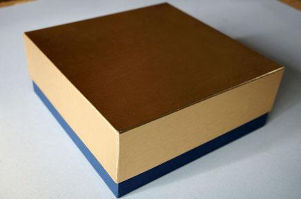 金色の小間紙と紺色の特種紙で作製した洋菓子用のギフトボックス