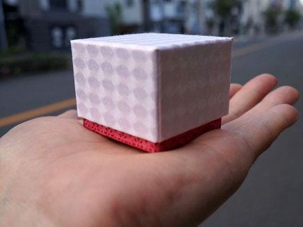 和紙と千代紙で別注作製した貼り箱の小箱は手のひらに乗るサイズです