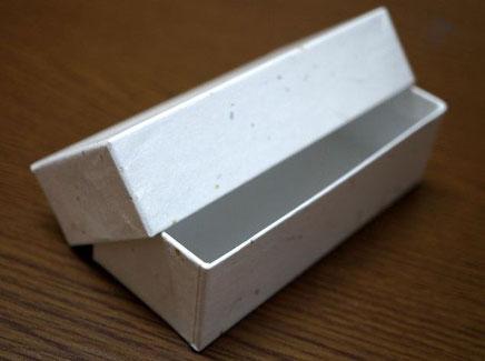 新商品の手づくりチョコレートを入れる別注の貼り箱はかぶせ型で作製しています