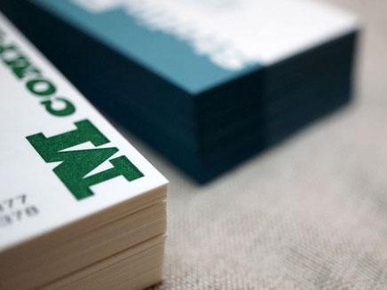 2種類の和紙の名刺は活版印刷と小口染め加工を組み合わせて別注で作製