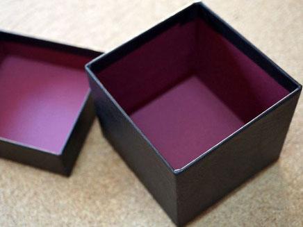 ネクタイを収納する別注の貼り箱は内側にも特種紙を貼り込んでいます