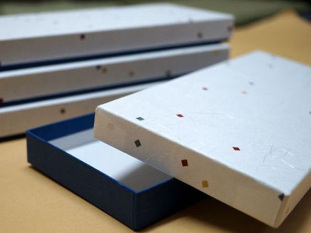 和ろうそくを収納する和紙を使って別注で作製した貼り箱