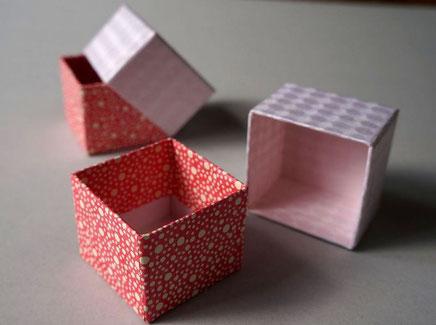 貼り箱の内側にも和紙を貼り込んで手加工で作製しています