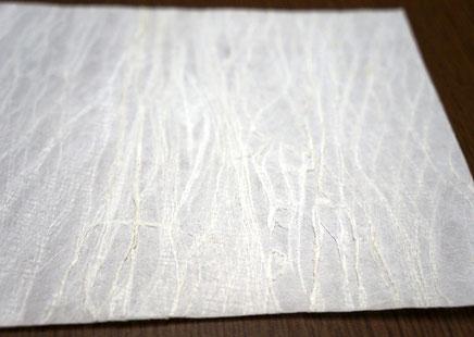 楮が原料の手漉き和紙で外資系ホテルの館内空間を演出します
