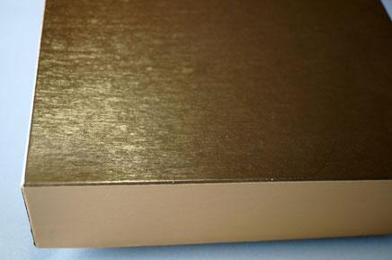 蓋の貼り紙に薄っすらとヘアライン柄のエンボスが入った小間紙を使用しました。