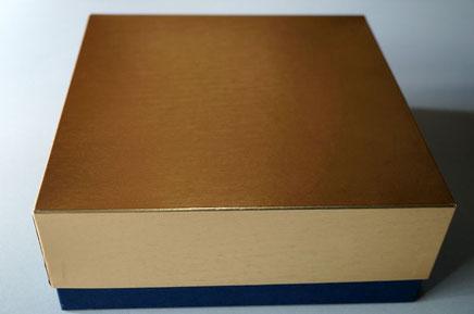 金ホイルの小間紙と紺色の特種紙を使って別注で作製した洋菓子用のギフトボックス