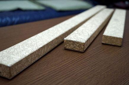 紙全面の金色の糸目柄が特徴の小間紙を使ってお香用貼り箱を別注作製しました
