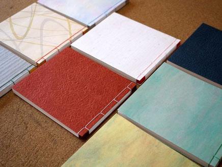 表紙に各種和紙を使って手加工の和綴じで和本ノートを作製しました