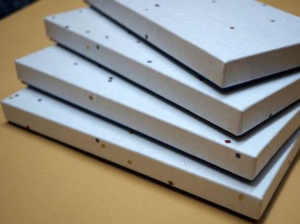 2種類の和紙で別注作製した貼り箱は和ろうそくを収納します