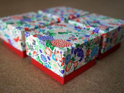 結婚式の引き出物を収納する千代紙と色鳥の子紙の貼り箱