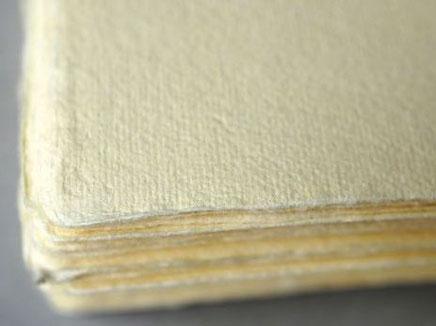 手漉きの卒業証書用紙の表面は毛羽立ってラフな紙肌となっています