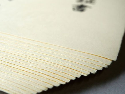 手漉きの卒業証書用紙の四方は耳付きになっています