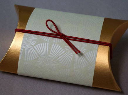 花火の柄をシルク印刷して作製した掛け紙に片蝶結びのゴム紐で演出しました