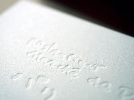 名刺の片面は活版印刷の色無しでロゴを空押ししました