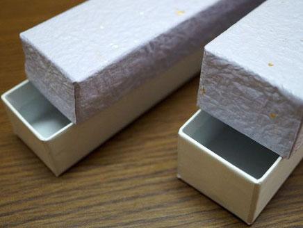 もみ紙を使った貼り箱の長箱は上下に分かれるかぶせ型で作製しています