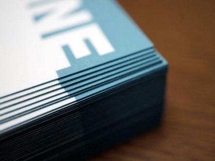 活版印刷と同色の納戸色で小口染め加工した鳥の子紙の名刺