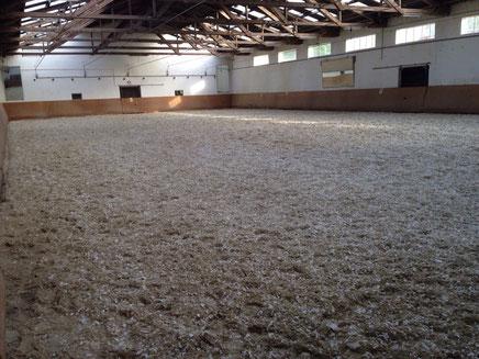 Reithalle nach Einbringen des neuen Reitbodens mit Vlieseinlage