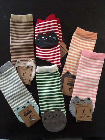 1 von 6 verschiedenen Socken mit Katzenmotiv