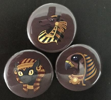 Buttons mit Bastet, Horus und Anubis von Saranai
