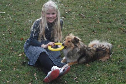 Stella mit ihrem Lieblingsspielzeuge und ihrer Lieblingsspielkameradin.