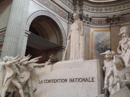 フランス革命を象徴する石像。La Convention Nationale (国民公会)と書かれた台に立つマリアンヌは当時の兵士と議員に囲まれています。
