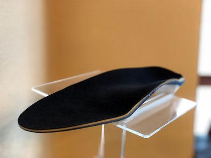 アーチサポートインソールは土踏まずを支えるために凹凸形状です
