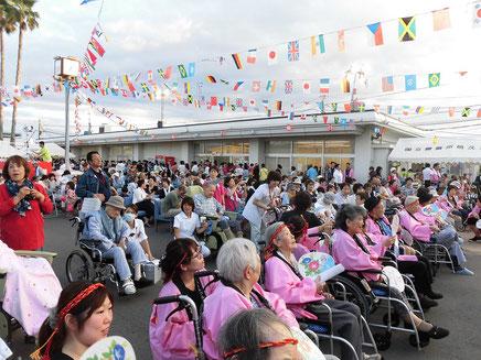 花火大会に集まった人々