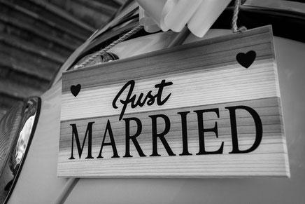 Cette photo représente des stickers de mariage personnalisés