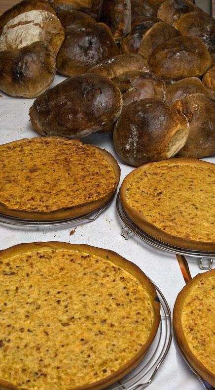 frisch gebackenes Brot und Zwiebelkuchen