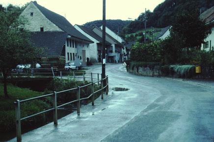 Die Hauptstrasse im Oberdorf: Noch gab es keinen Postautowendeplatz und kein Trottoir. (Foto chb, um 1981)