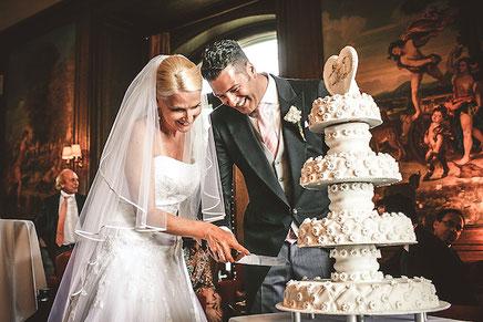 Hochzeitspaar-schneidet-Hochzeitstorte