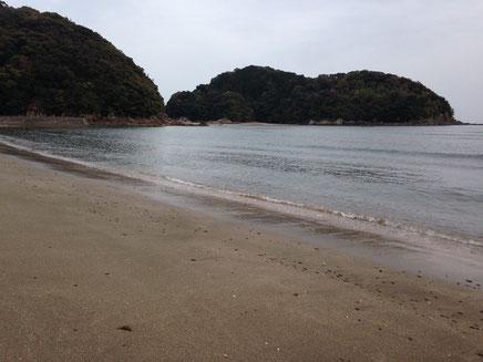 遠浅の白浜海岸。向うの島が赤葉島