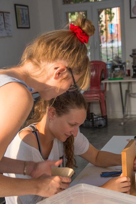 Geduldig führt Nicole Sophia in das Zeichnen von Kleinfunden ein.
