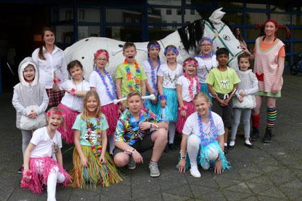 """Das Pferd von Pippi Langstrumpf – der """"Kleine Onkel"""" – begeisterte vor der Stadthallentür die Kinder. Foto: Picasa"""