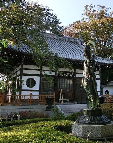 10月25日(2014) 禅林寺(三鷹市):本堂と聖観音像。禅林寺には、太宰治と森鴎外が眠っている