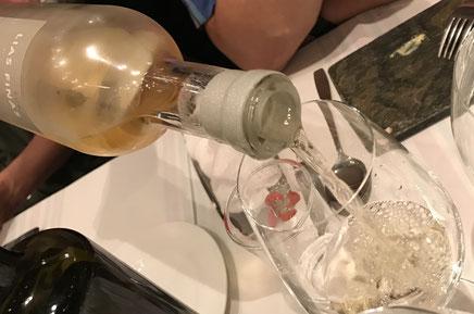 グラスに注がれるワイン