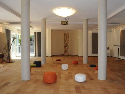 Innenbereich des großen Seminarraums mit freier Gestalltung für Kurse.