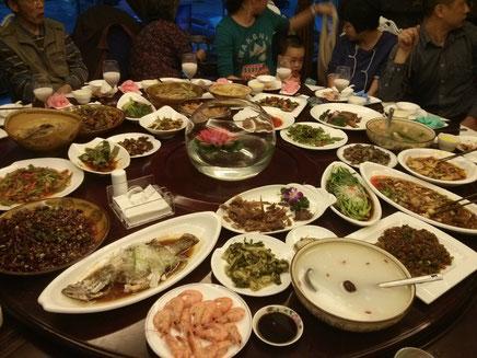 Familienessen am Nationalfeiertag - ich hatte einfach nur Angst, dass der Tisch zusammenbricht.