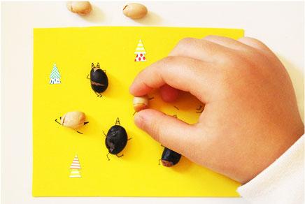 節分豆を置いていき、全て並べたら完成♪(ペンのインクが完全に乾いてから置いてね、ラップを上にのせてお豆を置いてもいいね!)