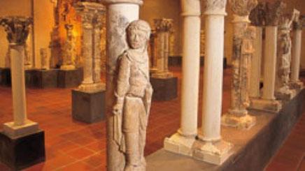 Musée du cloître de Notre-Dame-en-Vaux a été fondé et ouvert en 1976, à l'issue des campagnes de fouilles archéologiques entreprises depuis 1963 par Léon Pressouyre sur le site de l'ancien cloître du chapitre de Notre-Dame-en-Vaux, qui avait été élevé ...