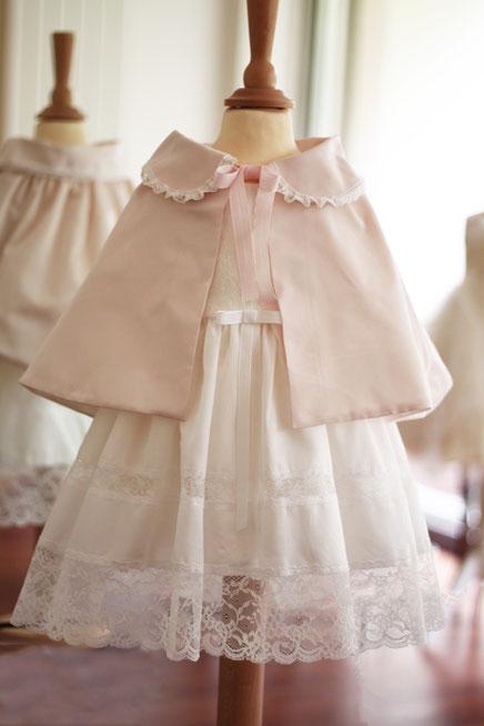 Cape baptême bébé fille rose poudré en taffetas et dentelle italienne. Cape fait-main dans l'atelier Fil de Légende.