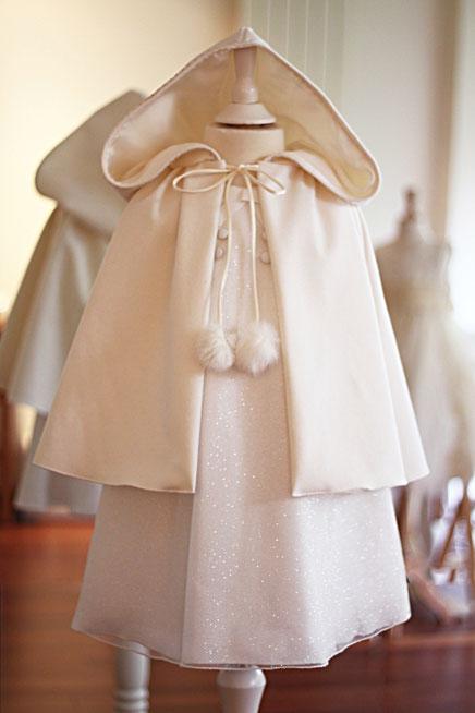 Cape laine ivoire automne / hiver cérémonie enfants Fil de Légende. Fabriqué en France à Neuilly-sur-Seine.